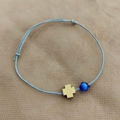 Μαρτυρικό με ξύλινο σταυρό και μπλε μπίλια