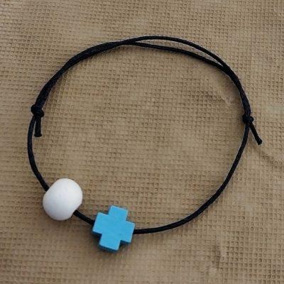 Μαρτυρικό με γαλάζιο ξύλινο σταυρό και λευκή μπίλια